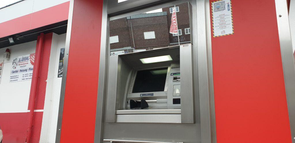 Im oberen Bereich des Sparkasse-Geldautomaten ist ein Spiegel angebracht, so dass man sehen kann, ob sich jemand nähert oder im Hintergrund verdächtig verhält. Foto: Sascha von Gerishem