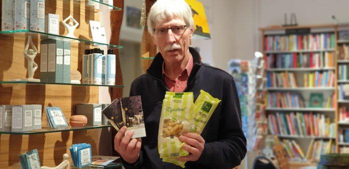 Manfred Brauers präsentiert die Flair-Schokolade und die fairen Nudeln vor dem Regal mit der Naturkosmetik. Foto: Sascha von Gerishem