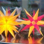 Herrnhuter Sterne gibt es im Flair-Weltladen in unzähligen Ausführungen. Foto: Sascha von Gerishem