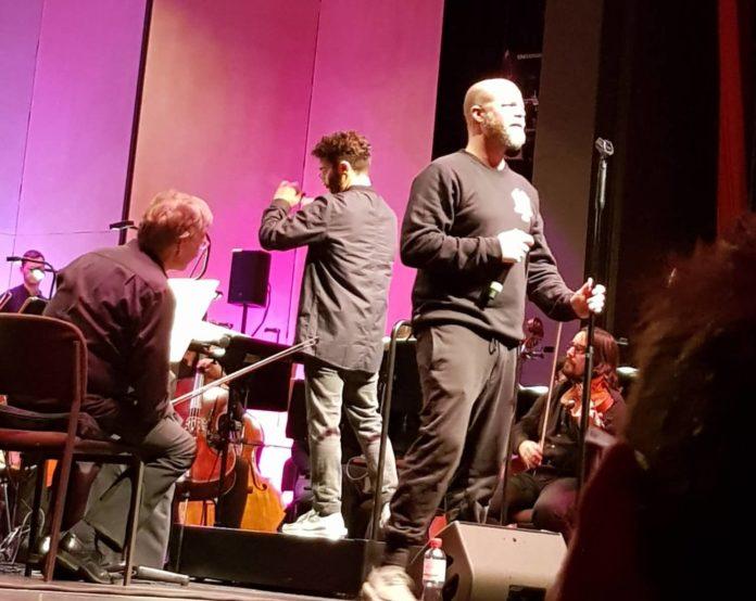 Miki Kekenj (hinten) und Curse gemeinsam mit den Bergisch Symphonikern bei ON FIRE#7. Foto: Steph Hoffmann - www.die-hoffmann.de