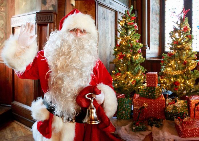 Der Weihnachtsmann im Rittersaal vom Museum Schloss Burg in Solingen. Foto: Schloss Burg