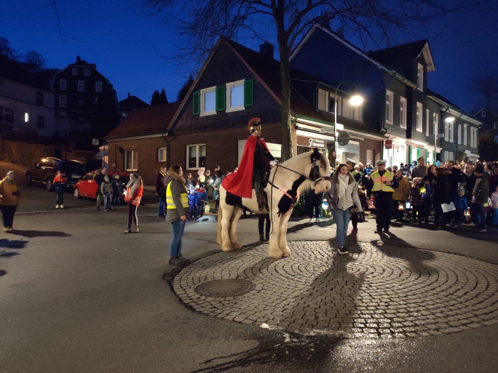 An der Kreuzung vor dem Flair-Weltladen vereinigen sich die drei Züge der Grundschulen und werden von Sankt Martin zum Feuerplatz geführt. Foto: Nicole Dahmen