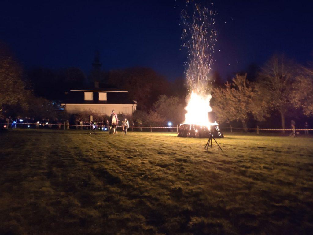 Am Martinsfeuer wurde die Mantelteilung von Schülern der Grundschule Eisernstein nachgespielt. Foto: Nicole Dahmen