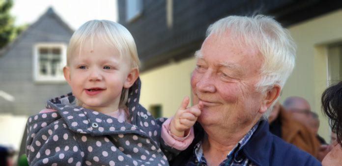 Peter Maar mit Enkelin beim Herbst- und Bauernmarkt 2018. Foto: Sascha von Gerishem
