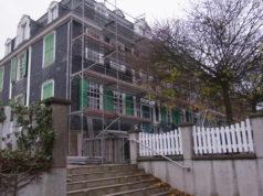 Haus Cleff, das Patrizierhaus aus dem Rokoko in Remscheid-Hasten, ist bereits eingerüstet. Foto: Peter Klohs