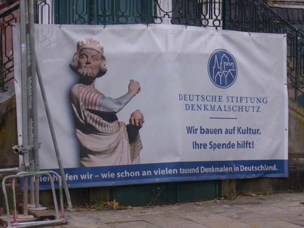 Das Banner am Haus Cleff weist auf die Renovierungsarbeiten hin. Foto: Peter Klohs