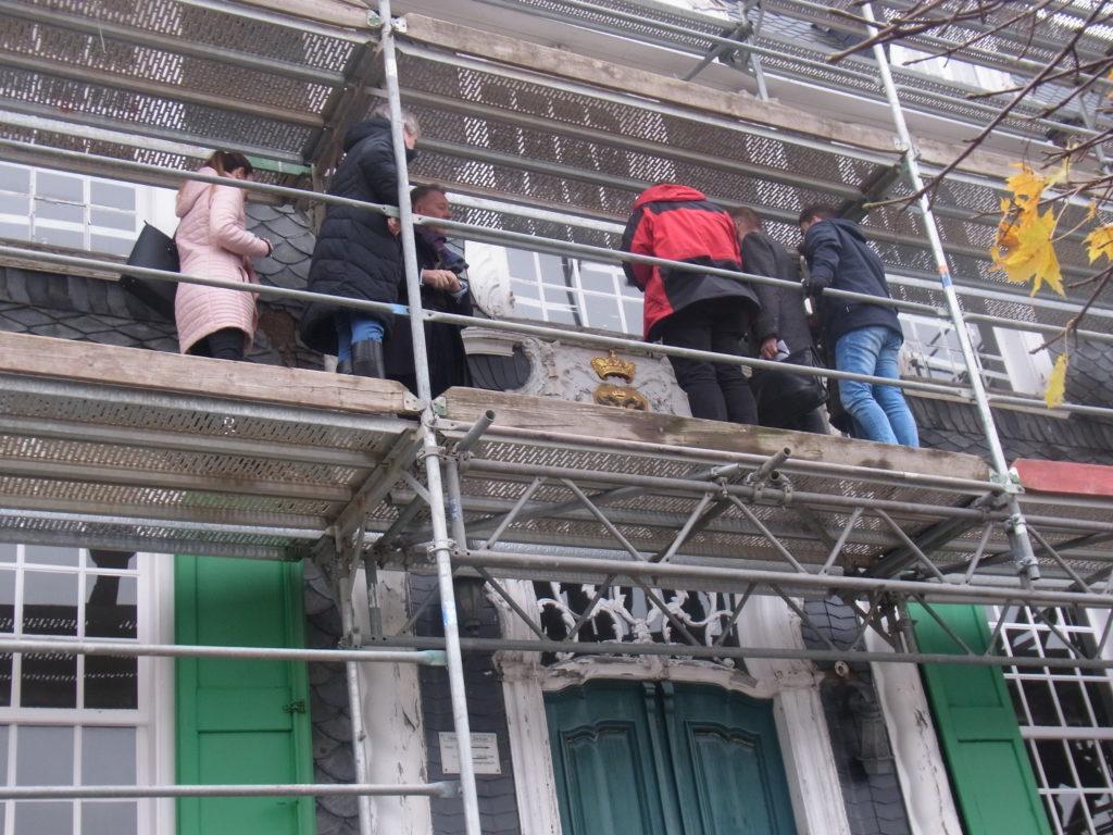 Bei einer Führung über das Baugerüst erläuterte Bramlage die Herangehensweise der Sanierung. Foto vom sicheren Boden aus geschossen: Peter Klohs