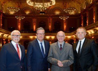 Norbert Lammert (M.) war der Redner beim diesjährigen Volksbank-Symposium. Die Vorstände Andreas Otto (r.) und Lutz Uwe Magney (l.) sowie Aufsichtsratsvorsitzender Thomas Schäfer (2.v.l.) begrüßten ihn in der Historischen Stadthalle. Foto: Volksbank/Bettina Osswald