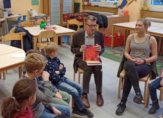 Gemeinsam mit den Schülerinnen und Schülern und Lehrkraft Janina Kern las Sven Wolf (SPD) eine Kurzgeschichte zum Thema Kinderrechte. Foto: Jeremias Düring
