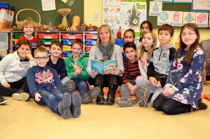 Volksbankerin Melanie Krüger besuchte beim Vorlesetag die Klasse 3a der Mannesmann-Grundschule. Foto: Volksbank