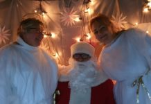Die Engel vom Dorfshop, Conny und Isa, rahmen den Nikolaus herzlich ein. Foto: Sascha von Gerishem