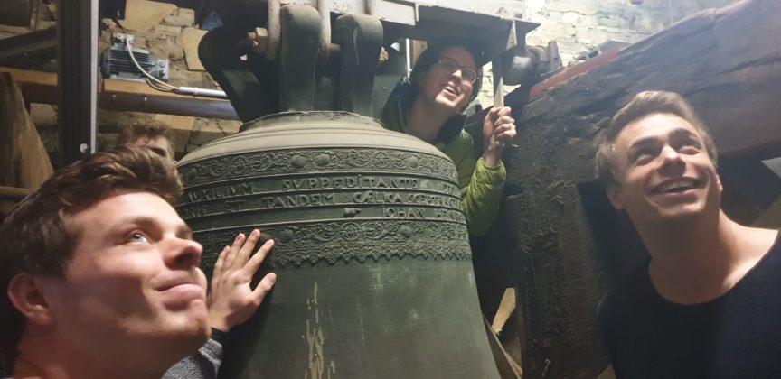 Nach dem Verkeilen der Glocke wird für die Presse posiert, hier für den Remscheider General-Anzeiger (rga.) Foto: Sascha von Gerishem