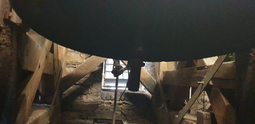 Die tiefe Glocke, dazu gehört das Seil ganz links. Foto: Sascha von Gerishem