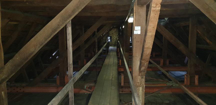 Der Dachstuhl über dem Kirchenschiff der evangelischen Kirche Lüttringhausen. Foto: Sascha von Gerishem
