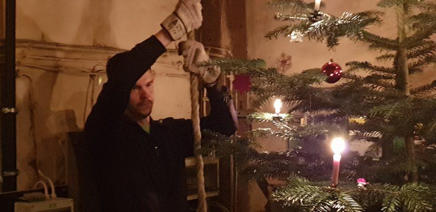 Holger Kotthaus an der großen Glocke. Foto: Sascha von Gerishem