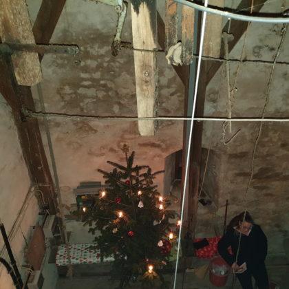 Blick von oben in die Beierstube während des Gottesdienstes. Foto: Sascha von Gerishem