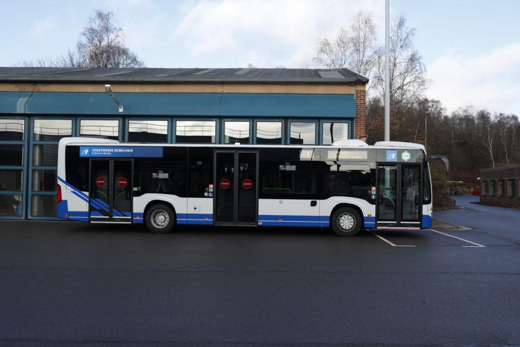 """Von außen """"normaler"""" Bus. Die Raffinessen befinden sich an Bord und """"unter der Haube"""". Foto: Michael Mandt"""