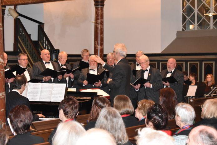 Jürgen Harder mit dem Lüttringhauser Männerchor. Foto: Peter Klohs