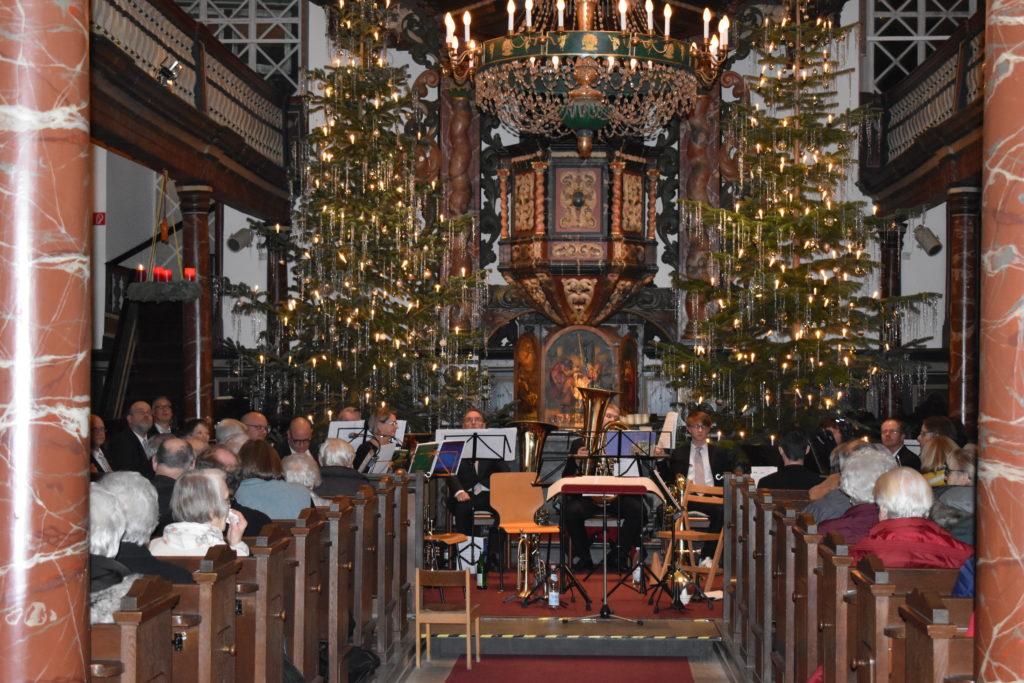 Die festlich geschmückte evangelische Kirche Lüttringhausen zum Weihnachtskonzert des Lüttringhauser Posaunenchores. Foto: Peter Klohs