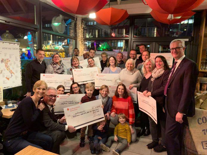 Gruppenfoto mit den glücklichen Gewinnern und freudigen Vertretern der Lerose-Stiftung. Foto: privat