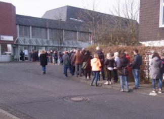 Nicht raus, rein zum Weihnachtsbasar in die JVA Lüttringhausen strömen die Menschen. Foto: Peter Klohs