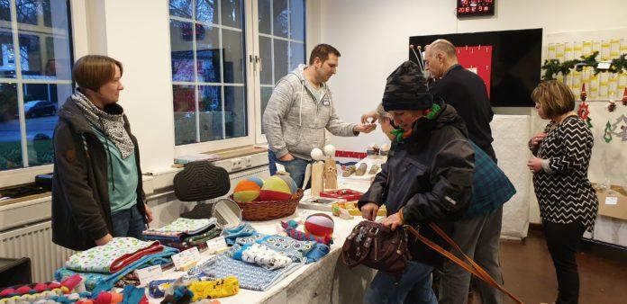Maike Monstadt vom Berufsbildungsbereich der Lebenshilfe (li.) beim Weihnachtsbasar 2018. Foto: Sascha von Gerishem