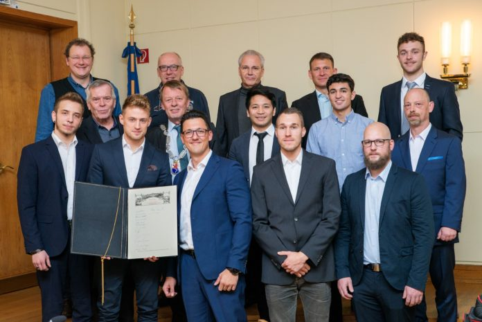 Das RTV-Judoteam mit OB Mast-Weisz, Sportdezernent Thomas Neuhaus und Ehrenmitglied Klaus Triesch. Foto: Jürgen Steinfeld