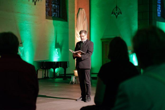 Bibliolog mit Rony John in der leeren Kirche St. Bonaventura in Remscheid-Lennep im Rahmen von ANDERSRAUM 2020. Foto: Andreas Bücker