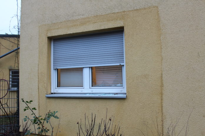 Die eingeschlagene Fensterscheibe in der Luisenstraße in Burscheid. Foto: Polizei