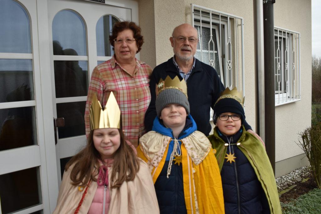 Die Sternsinger Leonie, Emil und Jelle segnen auch das Haus von Familie Hilger. Foto: Peter Klohs