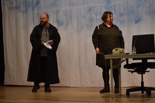 """""""Ich bin tot."""" - """"Ach was!"""" - Verstorbener (Guido Romlau) und Engel Hieronymus (Steph Hoffmann). Foto: Peter Klohs"""