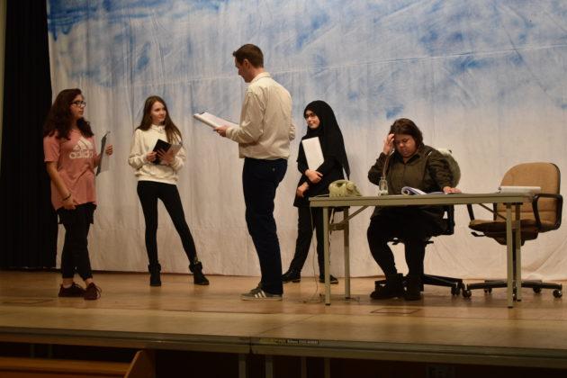 """Anweisungen vom Spielleiter: """"Nutzt die Bühne!"""" Ceyda Lekesiz, Lucy Schumacher, Christian Wüster, Feyza Lekesiz, Steph Hoffmann (v.l.) Foto: Peter Klohs"""