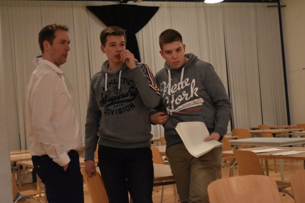 Spielleiter Christian Wüster und die Techniker Jan Drescher und Fynn Bornewasser. Foto: Peter Klohs