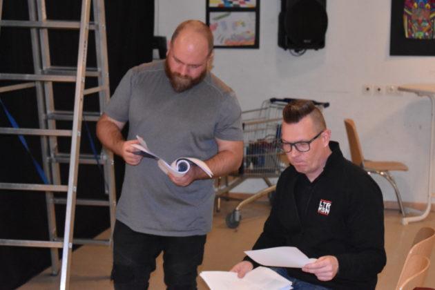 Guido Romlau und Sascha von Gerishem vergleichen die Angaben im Drehbuch mit den Verhältnissen auf der Bühne. Foto: Peter Klohs