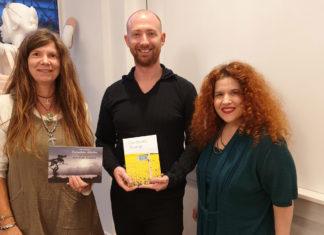 Die Autor*innen Saga Grünwald und Jeremy Green stellen ihre Bücher in Lennep vor, eingerahmt mit Musik von Bianca Rosa-Klever (v.l.). Foto Bianca Rosa-Klever