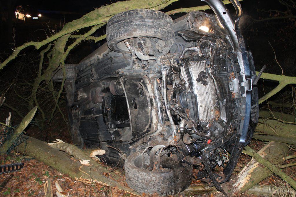 Alle Airbags am BMW lösten aus, das Fahrzeug blieb auf der Seite liegen. Foto: Polizei