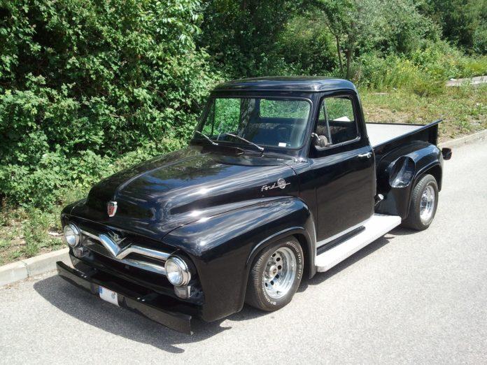 Ein Pick-up (aus englisch pick up 'aufnehmen' oder 'mitnehmen') ist ein Pkw oder Geländewagen mit ebener, offener Ladefläche (Pritsche). Symbolfoto.