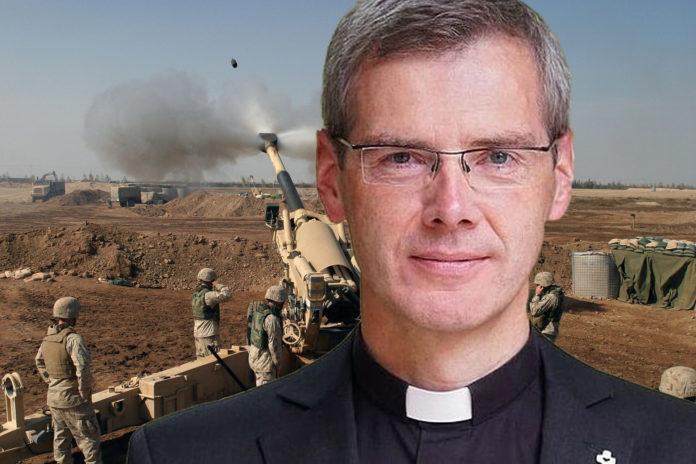 Collage: Bischof Dr. Heiner Wilmer SCJ vor eine von den US-Marines abgefeuerten Haubitze im Irak.