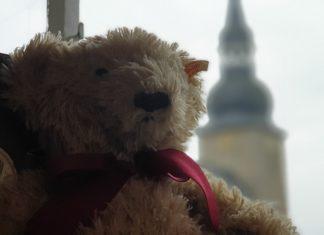 Ein Steiff-Teddy und im Hintergrund die evangelische Stadtkirche Lüttringhausen, in der in jedem zweiten Monat am zweiten Sonntag der Nimm2-Gottesdienst stattfindet. Foto: Sascha von Gerishem
