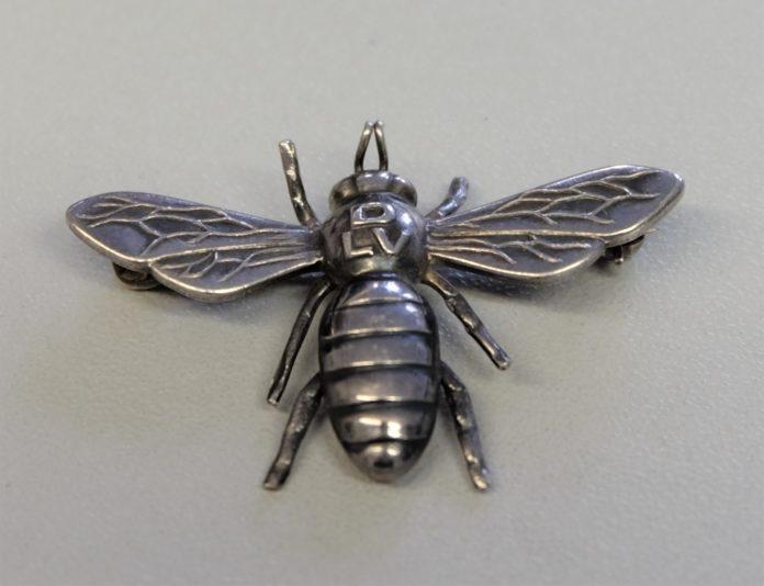 Polizei sucht die Schmuckbesitzerin dieser Landfrauen-Biene (DLV). Foto: Polizei