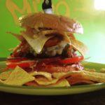 Burger mit Nachos. Foto: www.miroremscheid.de