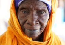 Mariama, 95 Jahre alt, hat tausenden Mädchen in Gambia die Klitoris entfernt. Heute verstümmelt sie keine Mädchen mehr, sondern hat mit Hilfe der SOS-Kinderdörfer ein erträgliches Geschäft im Salzhandel aufgebaut. Foto: obs/SOS-Kinderdörfer weltweit/Philipp Hedemann