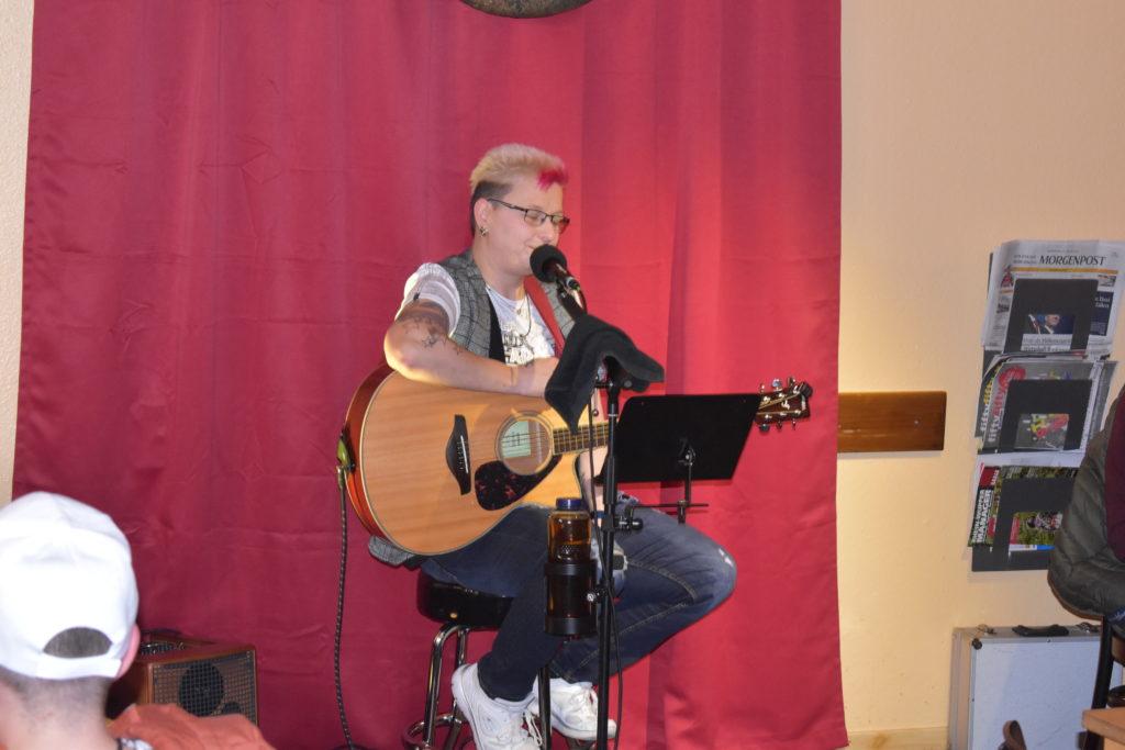 Anja Franz bei ihrem Konzert im Café Lichtblick in Lüttringhausen. Foto: Peter Klohs