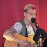 Gitarre und Gesang: Anja Franz aus Remscheid spielte im Café Lichtblick in der Gertenbachstraße in Lüttringhausen. Foto: Peter Klohs