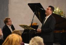 Pianist Oliver Drechsel und Tenor Philipp Hoferichter in der katholsichen Kirche Heilig Kreuz in Lüttringhausen. Foto: Peter Klohs