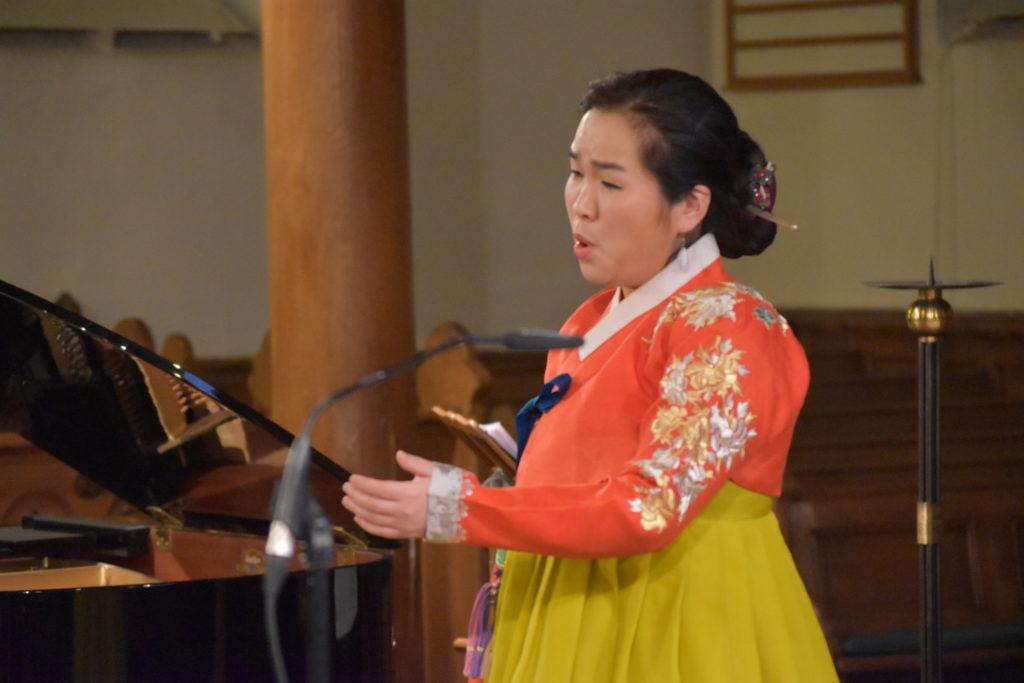 Einige Male zeigt Hae Min Geßner Emotionen, immerhin singt sie über schwere Zeiten in ihrem Heimatland. Foto: Peter Klohs