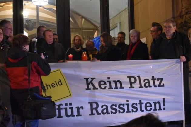 Bei der Mahnwache vor dem Remscheider Rathaus war kein Platz für Rassisten. Foto: Peter Klohs