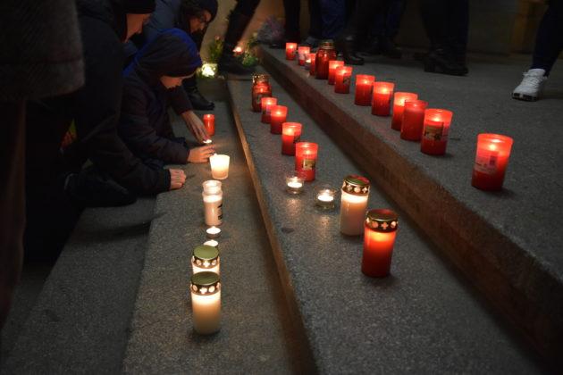Auf der Treppe im Rathausfoyer wurden viele Kerzen angezündet und auch Blumen niedergelegt. Foto: Peter Klohs