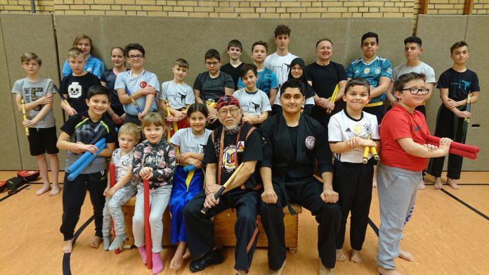 """Die Jugend zeigte sich begeistert ob des Besuches von Kampfsportgroßmeister Carlos """"Manong"""" Pulanco in Remscheid. Foto: LTG"""