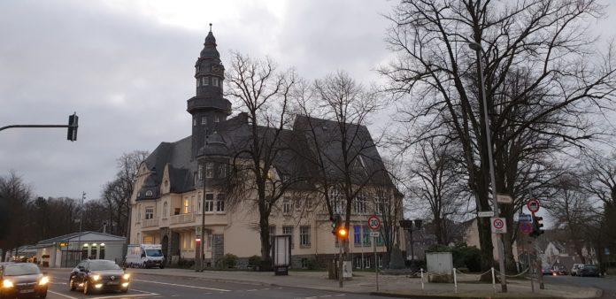 Das Bürgerbüro Lüttringhausen befindet sich im Lüttringhauser Rathaus, Kreuzbergstraße 15 in 42899 Remscheid. Foto: Sascha von Gerishem